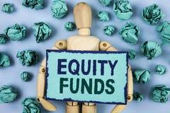 Фонды акций текста сочинительства слова Концепция дела для инвесторов пользуется большие льготами при долгосрочные инвестиции нап стоковые фотографии rf