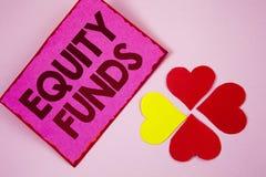 Фонды акций текста сочинительства слова Концепция дела для инвесторов пользуется большие льготами при долгосрочные инвестиции нап стоковые изображения rf