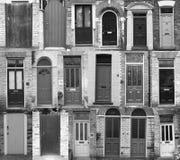 Фоновое изображение дверей в черном белом тоне Стоковое Изображение RF