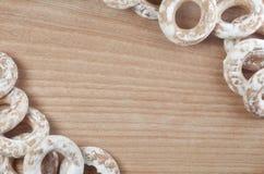 Фоновое изображение разнообразие застекленных donuts, которые лежат на деревянном столе с космосом для текста или сколько угодно  Стоковое фото RF