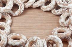 Фоновое изображение разнообразие застекленных donuts, которые лежат на деревянном столе с космосом для текста или сколько угодно  Стоковое Изображение