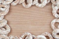 Фоновое изображение разнообразие застекленных donuts, которые лежат на деревянном столе с космосом для текста или сколько угодно  Стоковые Фотографии RF