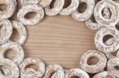 Фоновое изображение разнообразие застекленных donuts, которые лежат на деревянном столе с космосом для текста или сколько угодно  Стоковые Изображения
