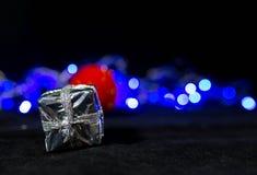 Фоновое изображение рождества, красный шарик на запачканной предпосылке стоковые фотографии rf
