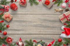 Фоновое изображение украшений рождества с открытым космосом для приветствуя текста Рождественская елка, подарки, автомобиль, фона Стоковая Фотография