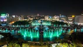 Фонтана Unirii города Бухареста взгляд 2018 центрального квадратного нового панорамный и горизонт города ночи стоковые фотографии rf