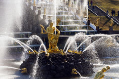 Фонтаны в Peterhof, Samson срывая рот льва Стоковое Изображение RF