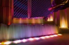 Фонтаны гостиницы LThe MGM освещают вверх вдоль прокладки Лас-Вегас в мытье цветов радуги стоковые изображения