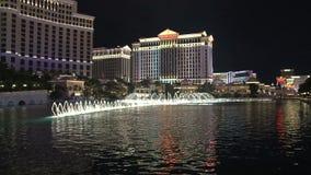 Фонтаны Лас-Вегас Bellagio на ноче акции видеоматериалы