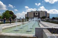 Фонтаны перед национальным дворцом культуры в Софии, Болгарии Стоковое Фото