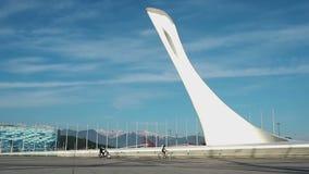 Фонтаны петь для олимпийского огня с активными людьми в олимпийском парке в Сочи, Руси