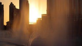 Фонтаны петь на заходе солнца вечера в Дубай сток-видео