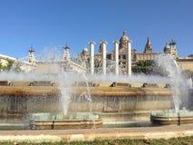 Фонтаны петь на предпосылке национального дворца Барселона стоковые изображения