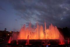 Фонтаны петь с красивой светлой выставкой на горе Montjuïc в Барселоне стоковые фото