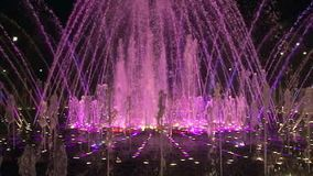 Фонтаны танцев замедленного движения в Москве на ноче сток-видео