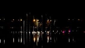 Фонтаны танцев с свет-эпизодом 1 сток-видео
