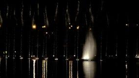 Фонтаны танцев с свет-эпизодом 14 сток-видео