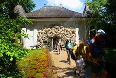 Фонтаны фокуса путешествуют на замке Hellbrunn стоковое фото rf