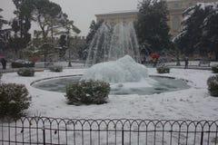 Фонтан бюстгальтера под снегом, городом Вероны в Италии Стоковые Фотографии RF
