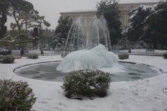 Фонтан бюстгальтера под снегом, городом Вероны в Италии Стоковое Изображение