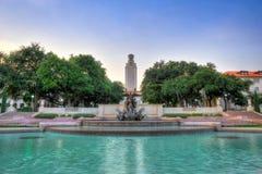 Фонтан вне башни Техасского университета, Остина, Техаса Стоковое Фото