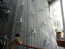 Фонтан внутри мола Дубай стоковое фото