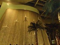 Фонтан внутри мола Дубай стоковая фотография rf