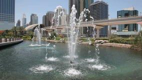 Фонтан в городе Дубай сток-видео