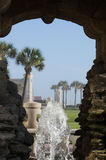 Фонтан в каменном кожухе с Daytona Beach, Флоридой в предпосылке Стоковое Изображение