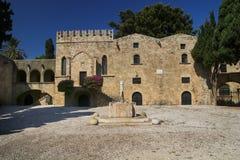 Фонтан в квадрате Argyrokastro средневековом, городок Родоса, Греция стоковые фотографии rf