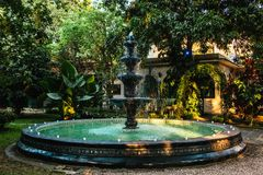 Фонтан в мексиканском колониальном доме в Мехико стоковые фотографии rf