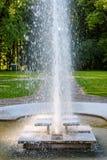 Фонтан в парке Брызгать потоки фонтана в воде s Стоковая Фотография