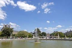 Фонтан в парке жалюзи, Париж r стоковые изображения rf