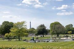 Фонтан в парке жалюзи с башней Eifell на предпосылке, Париже r стоковое фото rf