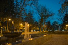 Фонтан в парке ночи Последняя ноча осени в парке Стоковое фото RF