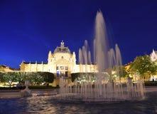 Фонтан в парке Ledeni и павильоне искусства на ноче в Загребе, Cro стоковые фотографии rf