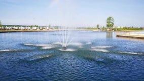 Фонтан в середине восходящего потока теплого воздуха озера сток-видео