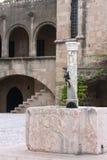 Фонтан в старом городке стоковое фото rf