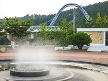 фонтан и мост прогулки парка стоковые фотографии rf