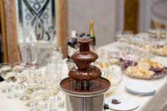 Фонтан и плодоовощи шоколада для десерта на таблице свадьбы Стоковые Изображения RF