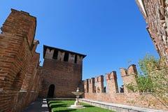 Фонтан и сад между крепостными стенами на крепости замка Стоковое Изображение