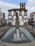 Фонтан и улица в Португалии стоковая фотография