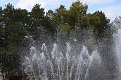 Фонтан каскада города в парке/ стоковые изображения
