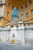 Фонтан конуса сосны Pigna della Фонтаны от ОБЪЯВЛЕНИЯ первого века, Стоковая Фотография