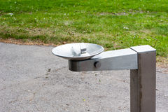 Фонтан металла выпивая в парке Стоковые Фото