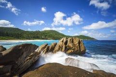 Фонтан над гранитом трясет, одичалый тропический пляж с ладонями Стоковые Фото