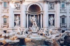 Фонтан на восходе солнца, Рим Trevi, Италия Architectur барокк Рима стоковое фото rf