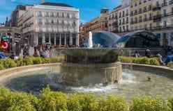 Фонтан на квадрате Sol в Мадриде стоковые фото
