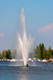 Фонтан на озере. Стоковые Изображения