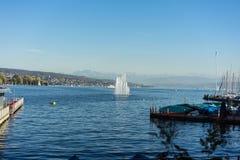 Фонтан на озере zurich с горным видом в лете стоковые фото
